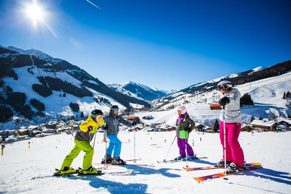 familie in saalbach